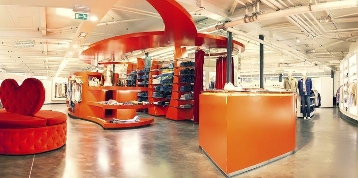 LuxInteriors to firma zajmująca się także projektowaniem sklepów. Nie tylko produkty, ale też odpowiednia aranżacja wnętrza  przyciąga klientów. Nasi projektanci zadbają o doskonały wystrój twojego sklepu i zadbają o odpowiednią lokalizację wejść i kas, gablotek i innych elementów ekspozycji. http://luxinteriors.com.pl/projektowanie-wnetrz/projektowanie-sklepow