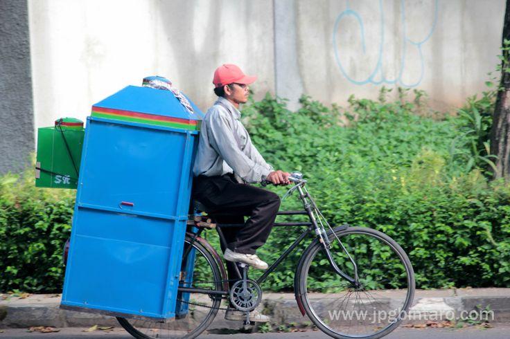 Penjual kerupuk keliling menggunakan sepeda onthel yang kuat dan tahan menahan beban berat.  post by http://www.jpgbintaro.com