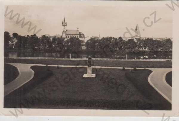 - Polička, socha T. G. Masaryka, v pozadí kostel