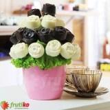ytice růží je dokonalý dárek pro každého kdo miluje růže a čokoládu! Tato květina představuje lahodnou kombinaci čerstvého ovoce a kvalitní čokolády vytvarované do podoby růží. Ovocná kytice je vytvořená z kousků banánu namočeného v bílé a hořké čokoládě. Tento elegantní a sladký dárek je ideální dárek pro ženy či každého milovníka čokolády a růží.