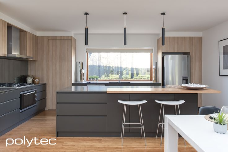 polytec - Doors in RAVINE Natural Oak. Drawers in MELAMINE Cinder Matt. - Modern kitchen with sophisticated colour pallete