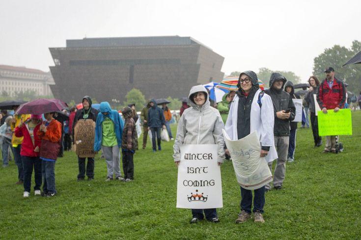 """Muchos de los manifestantes aspiraban a demostrar la misma fuerza que la exhibida en las concentraciones de las Mujeres, el día después de la investidura del magnate republicano. En la imagen, una mujer porta una pancarta con el lema: """"Aún no se acerca el invierno"""", en referencia a la pretensión del equipo de Trump de frenar las medidas llevadas a cabo en la era Obama en materia de cambio climático."""