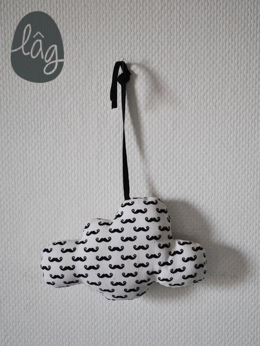 Petit nuage motif moustache noir et blanc à suspendre