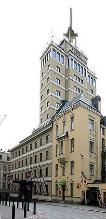 Hotel Torni in Helsinki ('Hotel Tower') -Pääsisäänkäynti Yrjönkadun puolelta.Hotelli Torni eli kaupalliselta nimeltään Solo Sokos Hotel Torni on Helsingissä sijaitseva vuonna 1931 avattu maineikas,historiallinen hotelli. Rakennuksen on suunnitellut arkkitehtitoimisto Jung & Jung. Helsingin suurimpiin ja tunnetuimpiin hotelleihin kuuluva Hotelli Torni kuuluu Sokos Hotels -ketjuun.Torni on 69,5 metriä korkea ja 13-kerroksinen.