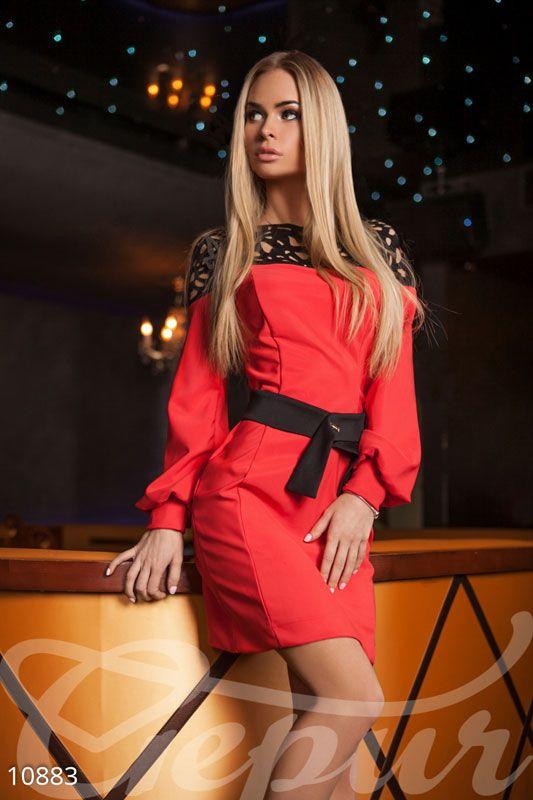 Красное платье бабочки на плечах