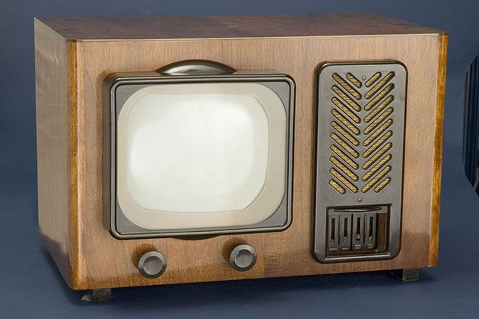 A PYE B16T TELEVISION, MANUFACTURED CIRCA 1946 FOR THE U.K. MARKET