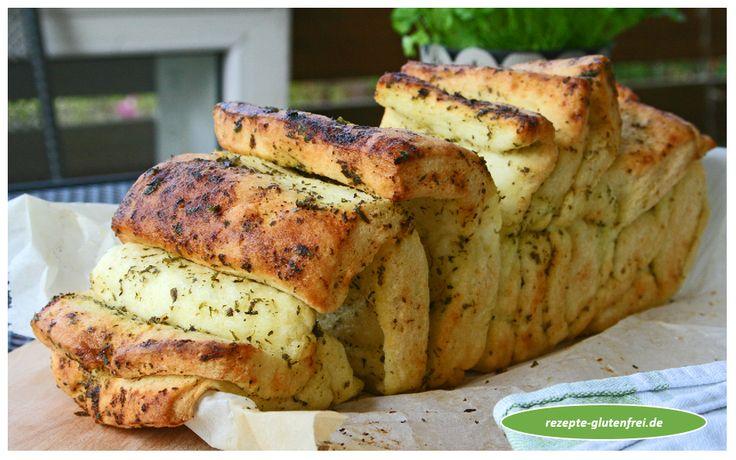 Glutenfreies Kräuter - Zupfbrot! Die perfekte Beilage zu Gegrilltem! Luftige und würzige Brotscheiben mit Kräuterbutter verfeinert! www.rezepte-glutenfrei.de