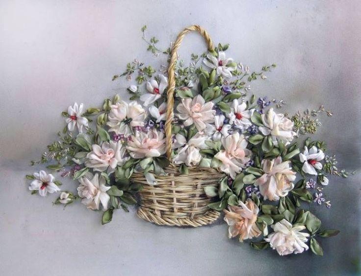 Canasta de flores blancas bordadas con cinta