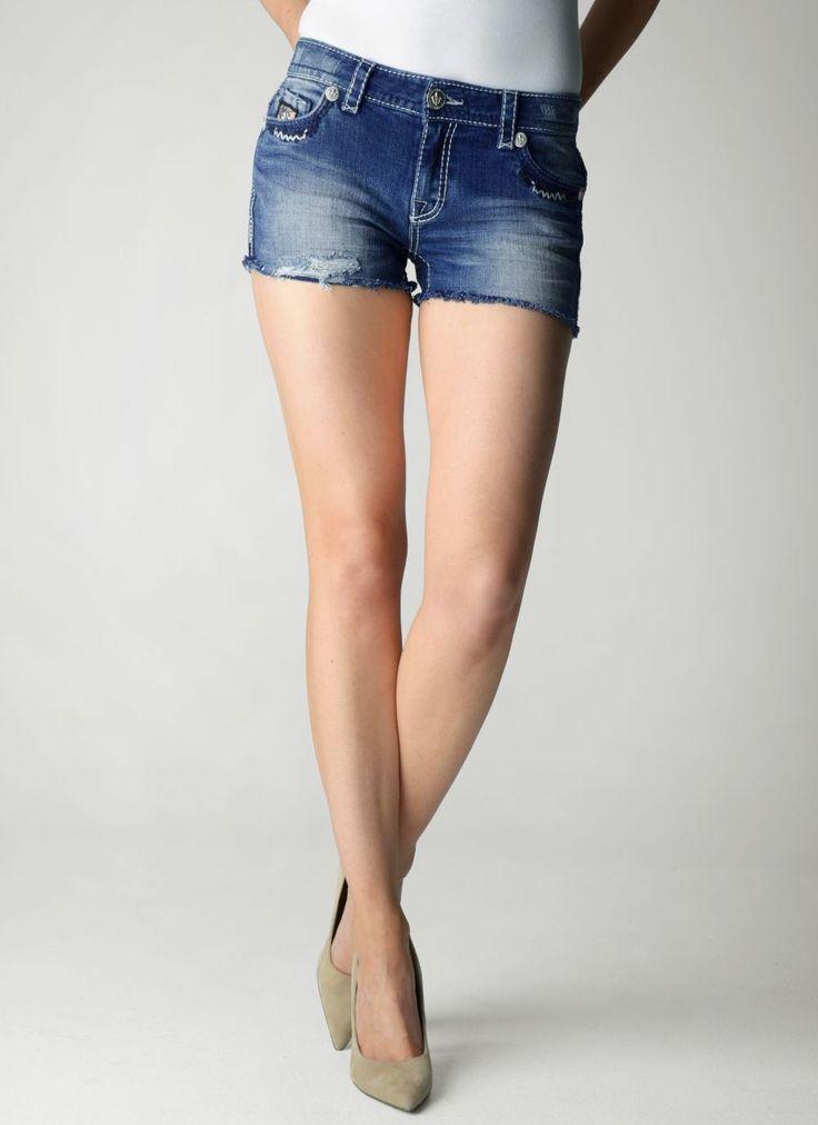 Kombin önerileri denildiğinde akla pek çok model gelmektedir. Bireyler moda programlarının çoğalması, stil önerilerinin çeşitlenmesi ile birlikte her geçen gün farklı kombin önerileri yapmayı amaçlamaktadır. Bireyler tarafından en çok sevilen ürünler arasında kot şortlar yer almaktadır. Yaz aylarında hatta günümüzde kış aylarında bile muz çoraplarla kombinlenebilen kot şortlar, şık ve aynı zamanda spor bir görüntü …