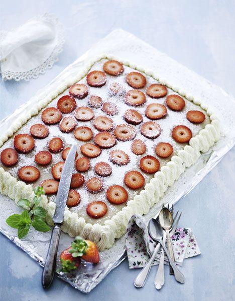 Kage med chokolade-nougat-fyld og jordbær