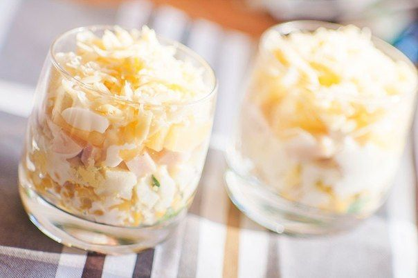Слоеный салат с ветчиной, кукурузой, сыром и ананасами