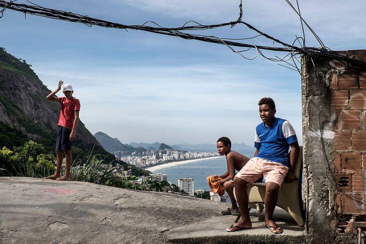 """Vidigal Vue sur les plages de Leblon et Ipanema, depuis la favela """"Vidigal"""", Rio de Janeiro, Brésil. Mai 2014...©Dom Smaz"""