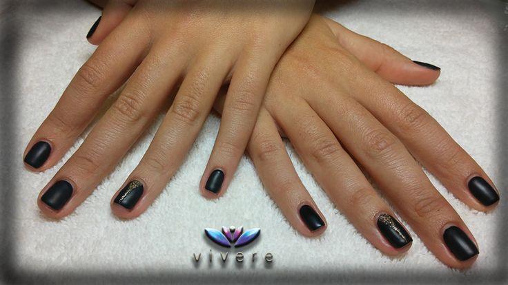 Μαύρο ματ ημιμόνιμο με χρυσό γκλίτερ. #black #matte #semipermanent #golden #glitter #manicure #nails #vivere
