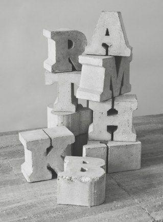 Buchstaben aus Beton