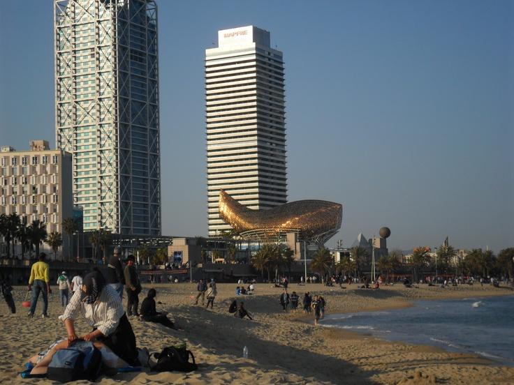 Playa de Barcelona...al fondo Hotel Arts y Edificio Mapfre