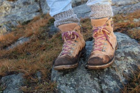Een vlek op je mooie schoenen kan heel vervelend zijn. Want vlekken zijn niet altijd even eenvoudig van schoenen te verwijderen. Daarom ...