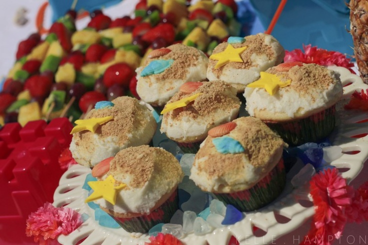 """Tiki Wiki Beach Cupcakes (with buttercream frosting, graham cracker """"sand dusting"""" and fondant shells)"""