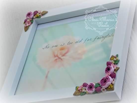 Rama foto decorata cu flori modelate din lut polimeric