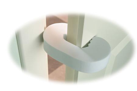 Мир дет.ства  — 169р. ------------------------------------------ Фиксатор для дверей Мир детства не позволяет двери захлопнуться. Прост в применении: легко устанавливается и снимается. Примечание: для дверей толщиной не менее 15 мм.