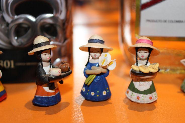 Muñecas de porcelana, trajes típicos Colombianos