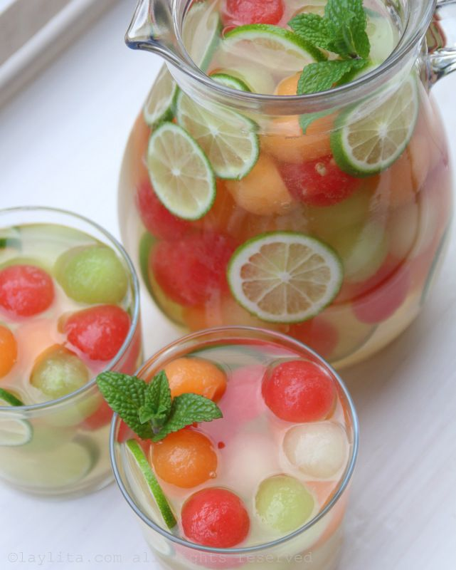 Melon Sangria (3 cups mixed melon balls 2-4 Tbs honey 1 lime ¼ cup to ½ cup pisco 1 bottle moscato wine 1 ½ cups of sparkling water) ohne Alkohol für die Kinder