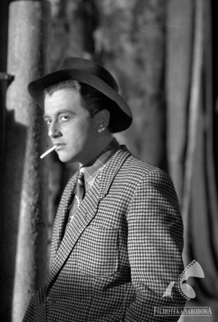 """Andrzej Łapicki in """"Dwie Brygady"""" (dir. Wadim Berestowski, Janusz Nasfeter, Marek T. Nowakowski, Jerzy Popiołek, Maria Olejniczak, Silik Sternfeld) - 1950"""