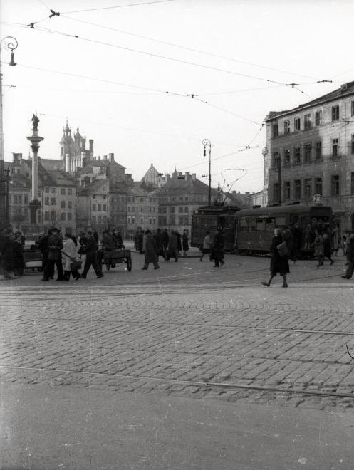 Plac Zamkowy az ulica Krakowskie Przedmieście felől nézve, balra a Zsigmond-oszlop.