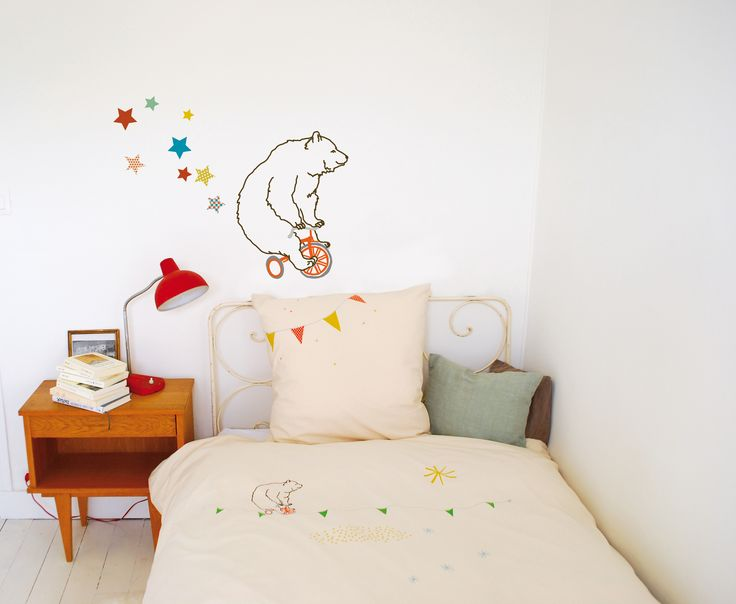 Divertido adhesivo decorativo de un oso montado en una bici, ideal para decorar la habitación de tu peque. Se pueden aplicar a todas las superficies lisas: paredes, muebles, cristales, espejos... y ¡muy fácil de quitar! Da la sensación de que se ha pintado el dibujo sobre la pared. Incluye instrucciones.