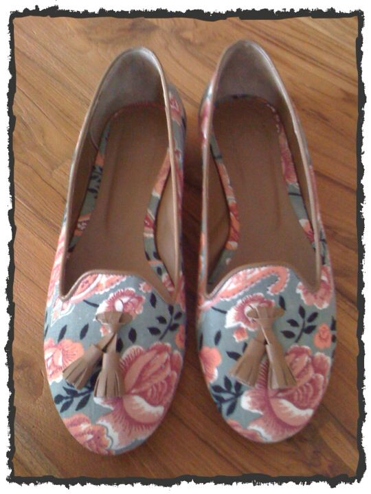 Floral loafer with fabric and detail in light brown leather. Love the floral pattern..❤️