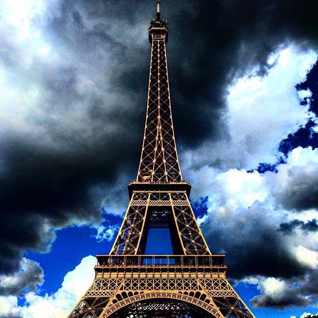 Torre Eiffel y una nube mala onda #Paris #Francia #France #Tour #torreeiffel #eiffel #traveling #Travel #Trip #landscape #instapic #clouds #sun #skyporn #sky