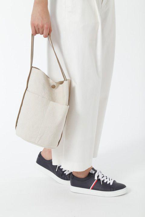 """フランスから綿麻混の糸を輸入して日本で織った6号帆布です。軽くて張りがあるのが特徴です。生地耳が使用出来る織機での織物です。この耳を利用し生地本来の持つ良さを最大限に使用したバッグです。綿麻素材のナチュラルでざっくりとした雰囲気を更に醸し出しています。バケツ型のワンショルダーバッグです。ポイントのバインダー巻きには革を使用してクオリティーをあげました。大人のタウンスタイルに。 <br><br><font color=""""red""""> 【こちらは予約商品です】<br> ●こちらの予約商品は、2月上旬 のお渡し予定となります。<br> ●受注受付開始:2017/1/20 10:00~<br> ●予約商品の注文取消し、返品、交換は出来ません。<br> ●撮影はサンプル商品で行っている為、仕様とサイズが異なる場合がございます。<br> ●予約商品は数量限定の為、お一人様1点までのご購入とさせて頂きます。<br> ●予約商品は通常の商品と..."""