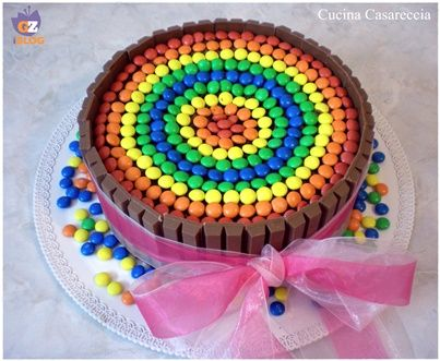 Torta di compleanno KitKat e M&M's facile da preparare e buonissima con una base di mud cake e poi decorata com kitkat e m&m's i bimbi impazziranno