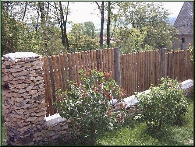 Kerítés félbevágott elemekbõl