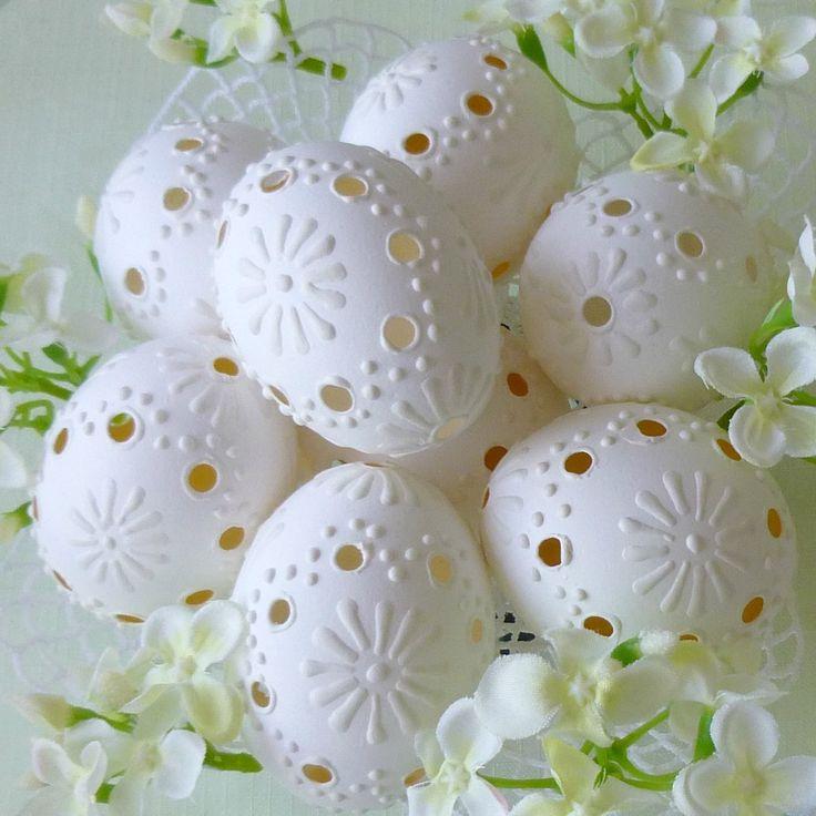 Kraslice - něžně bílá krajka Krajková bílá slepičí vejce jsou vrtaná, broušená a malovaná bílým voskem. Jsou vydesinfikovaná savem. Cena je za jeden kus. Výška kraslic je asi 5,5 cm. V nabídce jsou i jiné kraslice. Zašlu dobře zabalené, jako křehké, proto je poštovné vyšší.
