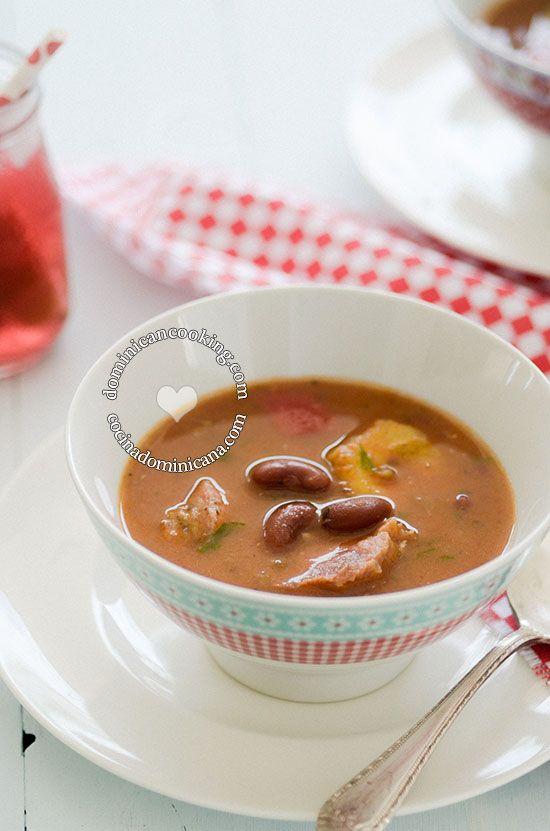 Receta Sopión (Sancocho) de Habichuelas | También llamado sancocho de habichuelas, esta es una gloriosa combinación de sabores dulces y picantes.
