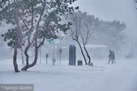 Gwałtowny atak zimy w Polsce - śnieżyce i mrozy w całym kraju. Część dróg jest nieprzejezdna [POGODA]
