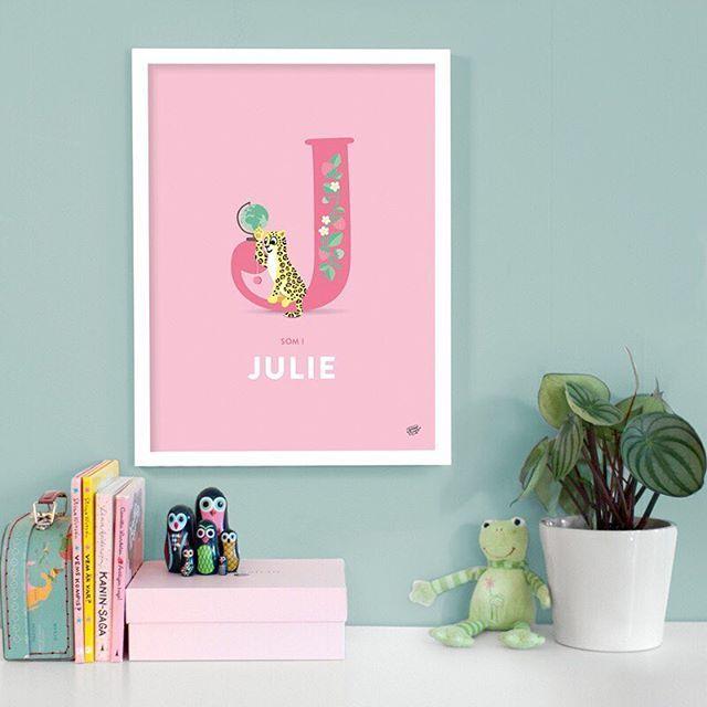 J som i jaguar med jojo, jordglob, jordgubbar och Julie   #barnrum #barnposter #barntavlor #barnrumsinspo #barnrumsinredning #namntavla #doppresent #kidsperation #kidsdecor #kidsroom #finabarnsaker