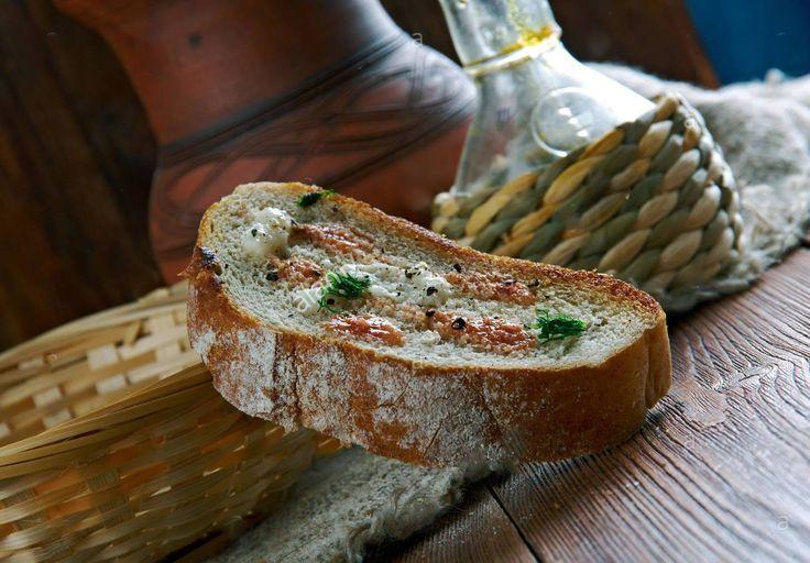 Pão de tomate (Pa amb tomàquet) - Pão com tomate e alho .típico da Catalunha, Espanha  É uma receita simples e típica da culinária catalã e, portanto, da culinária espanhola em geral.  Em Madrid é frequentemente consumida no café da manhã.   Consiste de pão, algumas vezes torrado, com tomate espalhado e temperado com azeite e sal.  Às vezes, o alho é esfregado sobre o pão antes de espalhar o tomate. Em alguns restaurantes catalães, a mistura de tomate é pré-fabricada e é colocada sobre o…