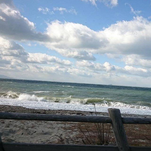 【horoke15】さんのInstagramをピンしています。 《今日も寄り道。 昨日より荒れてます。  寒いけど頑張ろう。  # #海 #荒波 #白波 #波 #寒い #静電気きらい #一仕事終えて寄り道 #週末 #愛媛県 #松山市 #愛媛県松山市 #塩屋海岸 #寄り道》