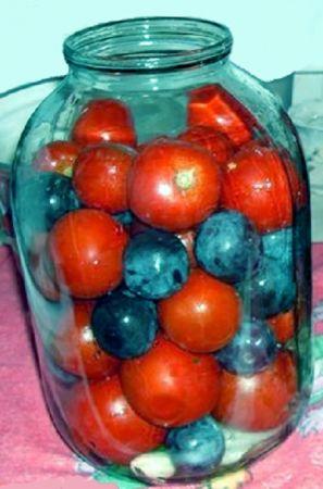 Ингредиенты:  Помидоры - 1-2 кг. Сливы синие (венгерка) - 1 кг. Маринад на 1 литр: Соль - 0,5 ст.л. Сахар - 100 г. Яблочный  6% уксус - 50 мл.