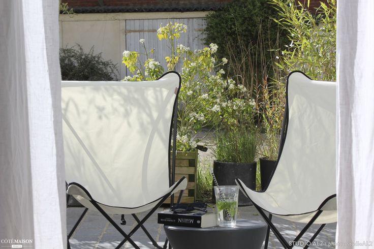 Une petite terrasse am nag e avec deux chaises lounge pour for Chaise longue pour balcon