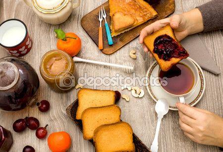 Vista superiore del tempo di prima colazione con le mani e tazza di tè