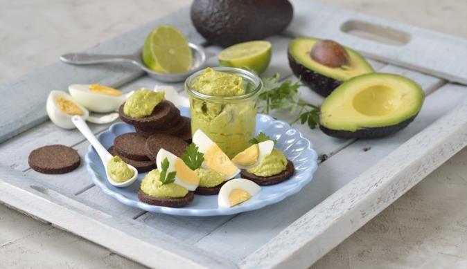 In nur 30 min. einen super leckeren Aufstrich zubereiten! Einfach reife Avocado, hart gekochte Eier, etwas Limettensaft und pikantes Currypulver pürieren und schon ist der Avocado-Eier Aufstrich fertig.
