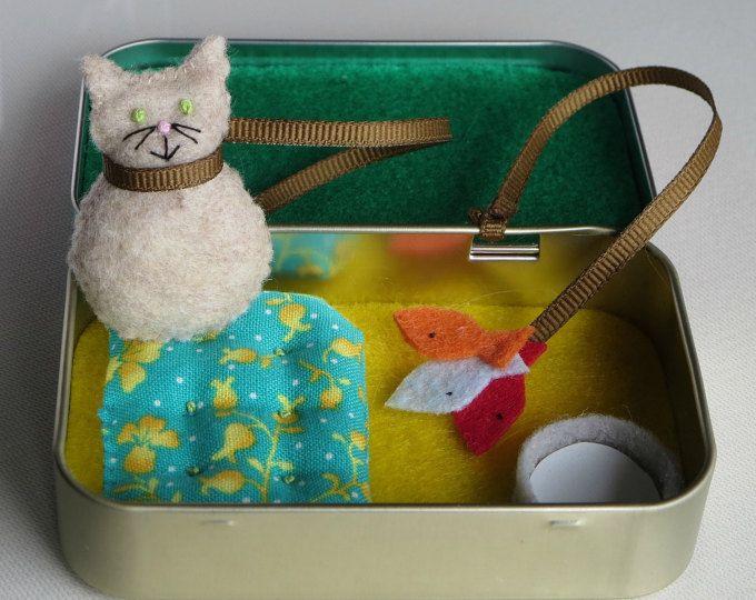 Kat spelen set in vilt reizen met alle items bijgevoegd in pepermuntje trommeltje met bed melk kom en vis speelgoed