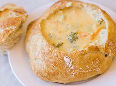 Sopa de frango com brócolis e queijo no pão. | 13 receitas de sopas maravilhosas para fugir da dieta