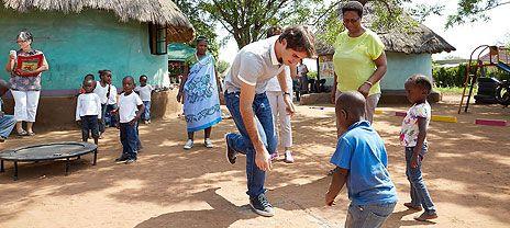 Roger Federer estuvo en Sudáfrica el martes 19/02/13 en una visita a niños pre-escolares en la Provincia Limpopo que es apoyada por la Fundación Roger Federer. Acompañado por su madre, Lynette, nacida en Sudáfrica y miembro del comité de directores de la Fundación, Federer compartió con un grupo de pequeños durante un día de escuela.