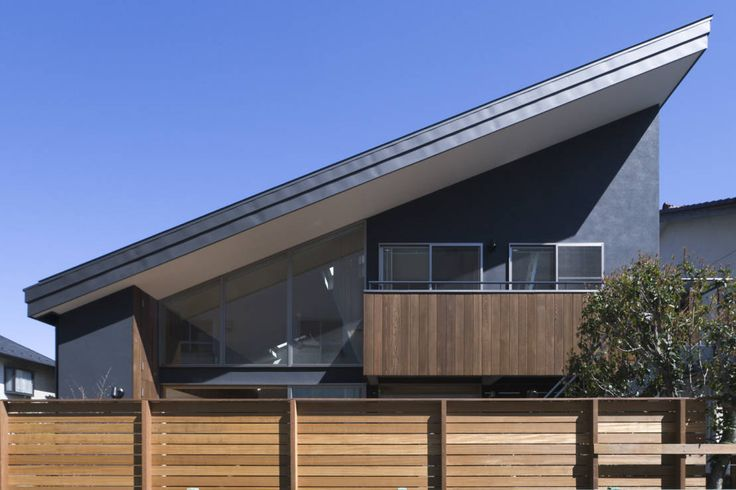 三世代が住まう家族のなじみ深い土地に建つ住宅です。松本剛建築研究室が手掛けた本住宅は、三世代が気持ちよく触れ合える場所を…