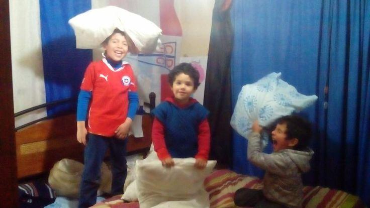 Guerra de almohadas mi hijo , Joaquín y alejandro  2015
