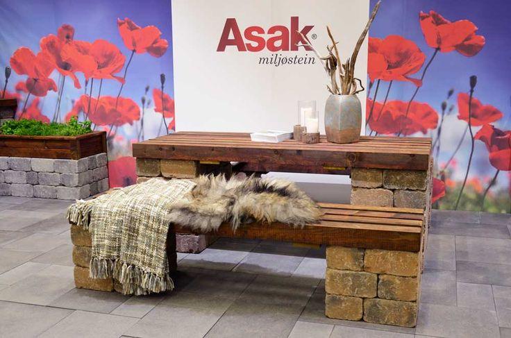 Enkel sittegruppe av Herregård mur i fargen brunmix og treverk fra treverk fra Talgø MøreRoyal®