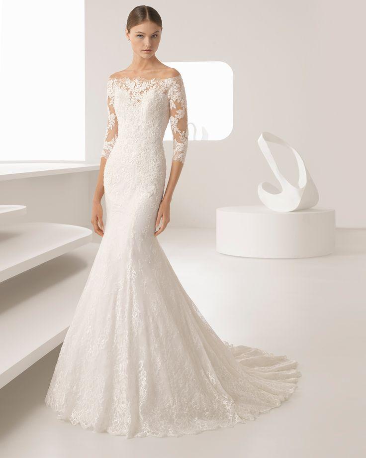 Vestido de noiva corte sereia de renda e brilhantes de manga francesa e decote tipo barco. Coleção 2018 Rosa Clará.